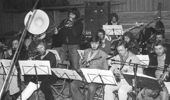 Infra Steffs Red Devil Band am Nationalen Jazzfestival Augst 1978. Der Flötist R.W. nach einer Knieoperation mit Gipsbein
