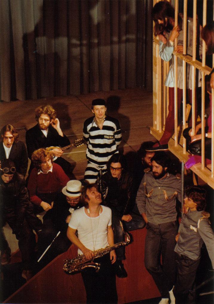 """Mit Tenorsax bei den """"Stuzzicadenti"""", links von mir """"Bänk"""" Gregorius, im roten Pulli Viktor Giacobbo, 1981"""