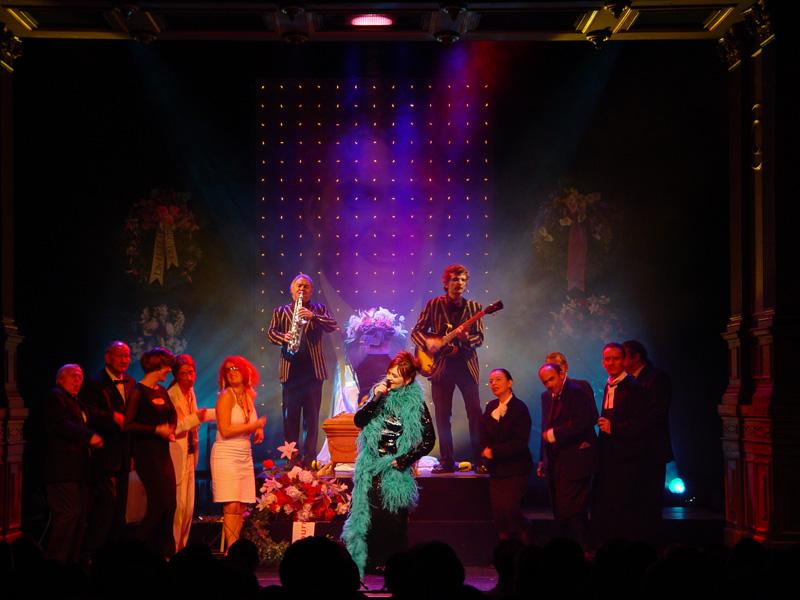 """Ebenfalls im Casinotheater: """"Die Abdankung"""" 2004. Die Musikanten R.W. und Remo Kessler, vorne v.l.: Walter Andreas Müller, Ueli Beck, Bettina Dieterle, Markus Schönholzer, Fabienne Hadorn, Vera Kaa, Pia Keel, Peter Fischli, Patrick Frey."""